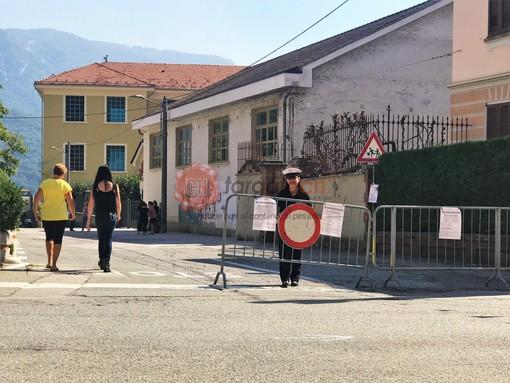 La Polizia locale chiude via Belloni per l'uscita degli alunni