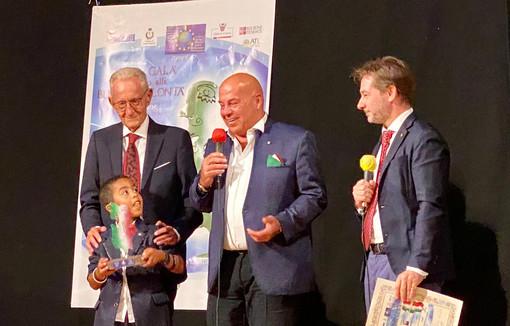 Giuseppe Piumatti col figlio Massimo sul palco del premio con Beppe Ghisolfi e Gian Maria Aliberti Gerbotto, rispettivamente presidente e componente della giuria