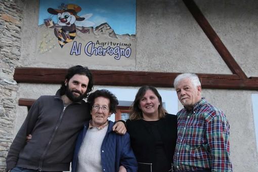 Daniele, nonna Iucio, mamma Pasqualina e Luigi di fronte all'ingresso dell'agriturismo
