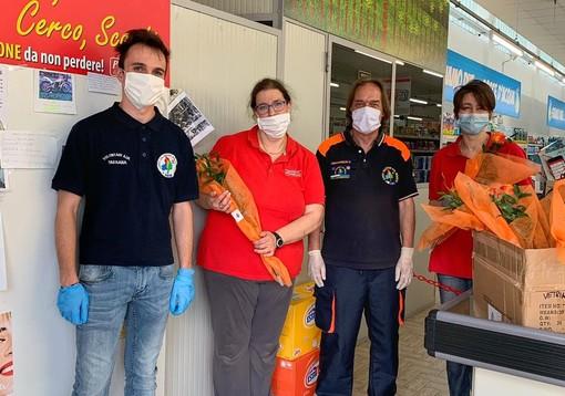 La consegna dei fiori alle dipendenti del Presto Fresco di Paesana