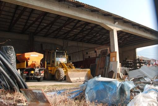 Il magazzino comunale di via Rejnaud con la copertura in eternit