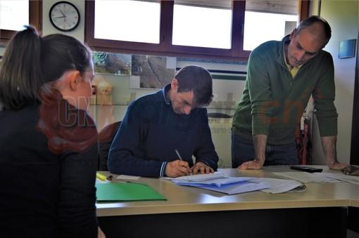 Il tecnico Andrea Caporgno (al centro) apre i plichi delle offerte pervenute in Comune
