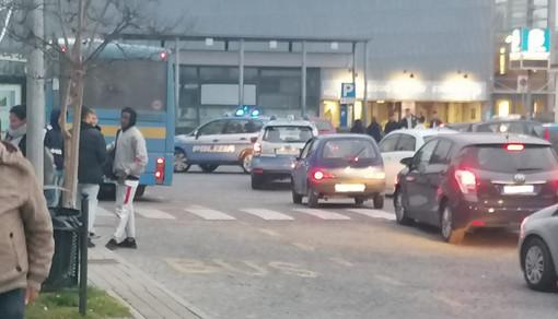 Le Volanti della Polizia sul piazzale della stazione ferroviaria albese
