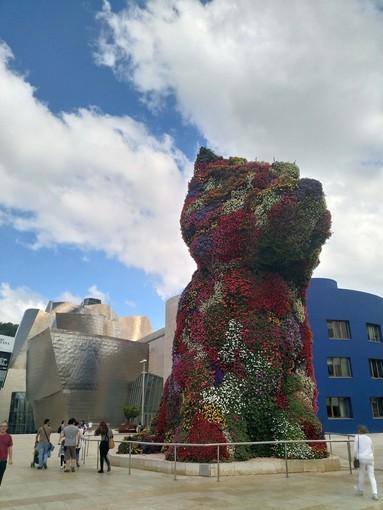 """Anche davanti al """"Puppy"""" di Jeff Koons a Bilbao si legge Targatocn ... e voi?"""