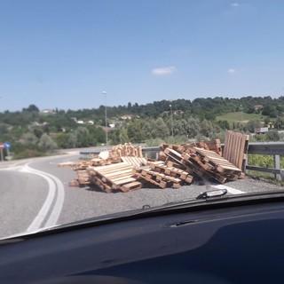 Camion perde le pedane che stava trasportando: tragedia sfiorata all'imbocco della superstrada per Asti