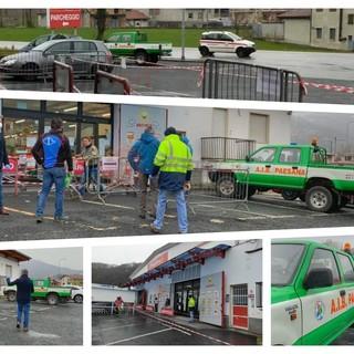 La Protezione civile di fronte al supermercato di Paesana
