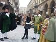 Saluzzo, l'omaggio alla castellana del gruppo di maschere di Dronero, Re Gradone, Dronetta, Paggio e Pajalunga