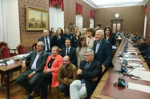 Gli assessori e il presidente del Consiglio comunale di Cuneo che si sono sistemati davanti agli atleti premiati