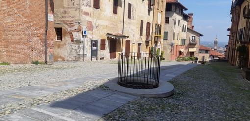 Saluzzo, l'antico pozzo al centro di salita al Castello