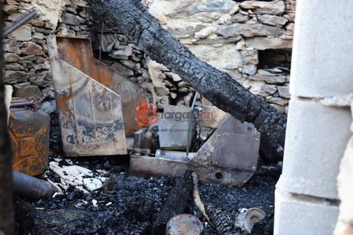 Il locale del Rifugio Bertorello danneggiato dall'incendio