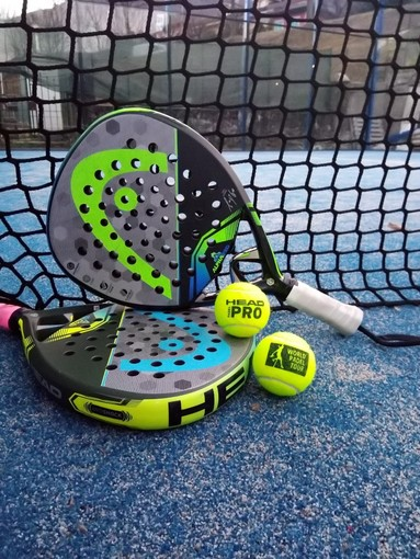 """Sembra il tennis, ma non lo è: anche a Bra tutti pazzi per il """"padel"""""""