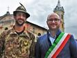 Alessandro Caferro, unico Alpino paesanese presente al campo di addestramento, insieme al sindaco Emanuele Vaudano