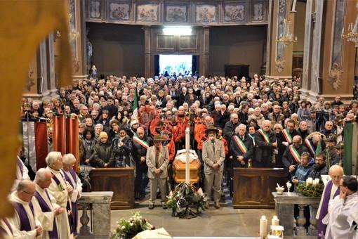 """""""Hai raggiunto la Vetta della Santa Montagna di Dio"""": a Paesana l'ultimo saluto a don Luigi Destre, il """"Papa del Monviso"""" (FOTO)"""