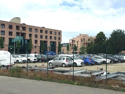 La foto ritrae il parcheggio Inail in Piazza Prunotto ad Alba