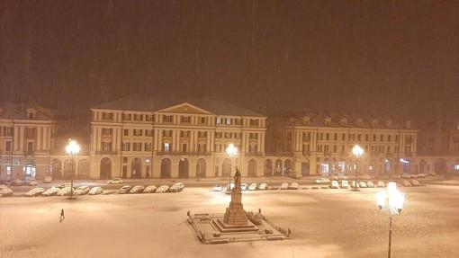 Cuneo: una spettacolare immagine notturna di piazza Galimberti sotto la neve