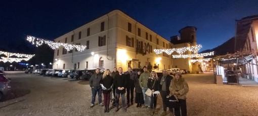 Amministratori e volontari alla prima accensione delle luminarie di Natale
