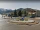 Un piccolo fabbricato montano nel cuore della rotonda: la curiosa iniziativa di Roccaforte Mondovì