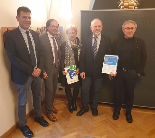Da sinistra, Paolo Taricco (responsabile Relazioni esterne di Banca d'Alba) insieme ai rappresentanti del Rotary Club di Alba Cesare Girello, Piera Arata, Ezio Porro e Alessandro Pelisseri