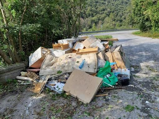 Il cumulo di rifiuti rimossi e il rio, dopo le operazioni di pulizia