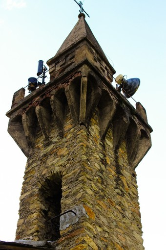 """Peveragno: la Compagnia del Birùn e l'associazione """"Il Ricetto"""" riparano il tetto della cappella di San Giorgio"""