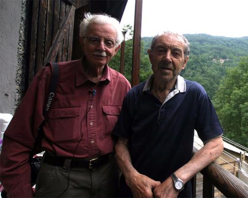 Sergio Arneodo sul balcone di casa posa in compagnia del noto fotografo americano Clemens Kalisher