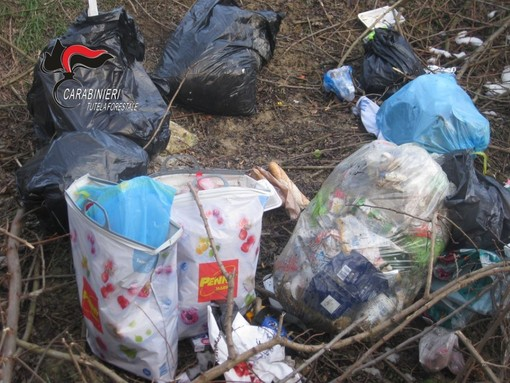Abbandonano 50 metri cubi di rifiuti in un bosco,  pizzicati dai Carabinieri Forestali di Bra