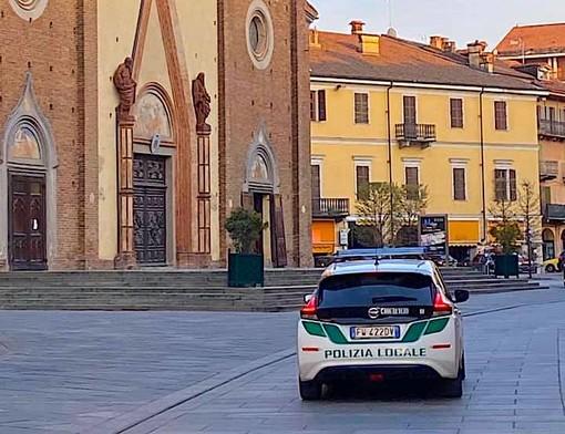 Una pattuglia della Polizia locale in corso Italia a Saluzzo