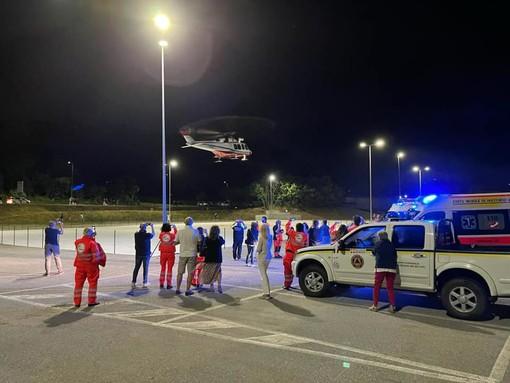 L'atterraggio notturno dell'elisoccorso a Santo Stefano Belbo