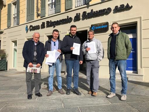 La consegna della raccolta firme, di fronte alla CRS Bper di Saluzzo, questa mattina