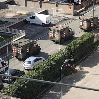 Saluzzo, all'ospedale arrivano pazienti Covid dal torinese, a bordo delle ambulanze dell'Esercito