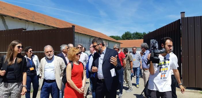L'apertura del dormitorio per i braccianti della frutta: in primo piano il sindaco Calderoni e l'assessore regionale Cerutti