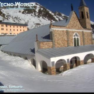 Cielo azzurro e neve incorniciano, oggi 6 aprile, il santuario di Sant'Anna di Vinadio, uno dei luoghi più amati del Cuneese
