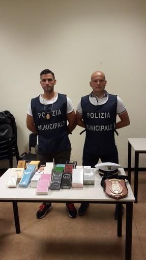 Agenti in borghese della Polizia locale di Savigliano scoprono venditore abusivo di profumi