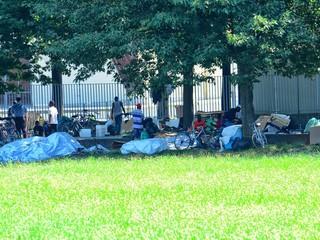 I migranti accampati lungo il viale del Foro Boario