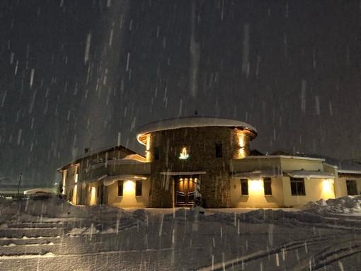 L'esterno del Resort Monviso, sotto la neve