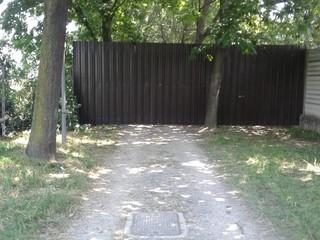 Le barriere installate lungo parte del viale