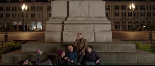 Un frame del film in piazza Galimberti a Cuneo