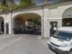 Lunghe code in corso Soleri: a Cuneo si prova a regolamentare il transito dei pedoni sotto l'arcata di piazza Galimberti