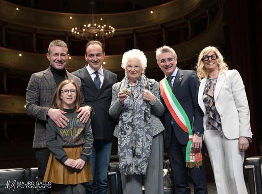 Nella foto di Mauro Gallo, al centro, Liliana Segre insieme a Gianfranco Curti, Alberto Cirio, Carlo Bo e Liliana Allena