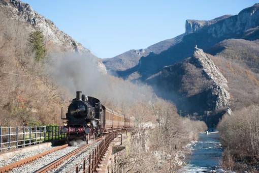 La locomotiva a vapore sui binari della Ferrovia del Tanaro (foto Michele Cerutti)