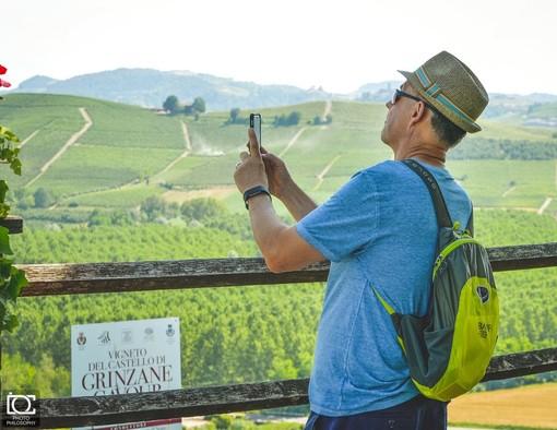 """Un turista al castello di Grinzane, simbolo del territorio Unesco (Foto """"TuLangheRoero"""")"""