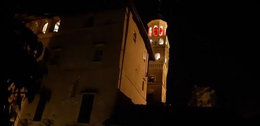 Saluzzo, la torre civica illuminata di rosso nella  Giornata contro la violenza sulla donna