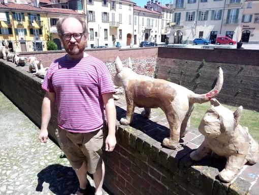 L'artista irlandese Tom Campell cerca aiutanti per i suoi cani di cartapesta