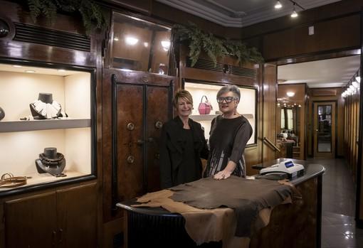 """A destra Maria Teresa Lingua- Terry con la collaboratrice Simona Chiola nella gioielleria """"L'Albero delle Gioie"""" a Saluzzo"""