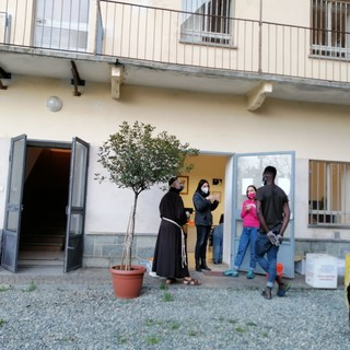 Saluzzo, l'ingresso della parte di  Casa Madre Teresa di Calcutta destinata ai più fragili. In foto con gli operatori di Saluzzo Migrante anche Fra Andrea Nico Grossi che si occupa della mensa