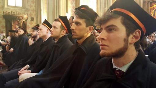 Allievi in tocco e tabarro per la festa di laurea all'Università di Scienze Gastronomiche