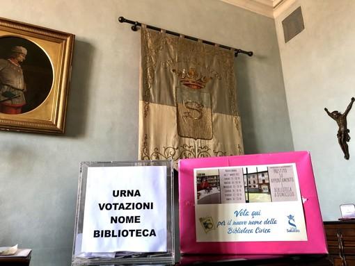 Saluzzo, l'urna per le schede dell'intitolazione della biblioteca civica