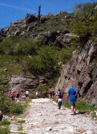 Prima domenica di libertà dopo il lockdown: la montagna presa d'assalto