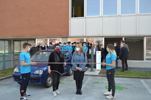 Inaugurato al Vallauri di Fossano il nuovo laboratorio con le colonnine di ricarica per auto elettriche [FOTO e VIDEO]