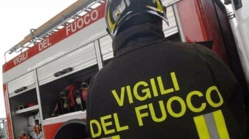 In fiamme un'abitazione a Magliano Alpi, intervengono i vigili del fuoco di Mondovì